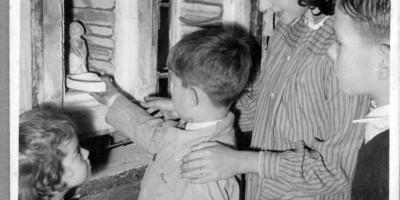 Beatriz Magliati descubriendo con los niños la magia del fuego, 1960